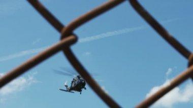 Puente aéreo de helicóptero accidentado — Vídeo de Stock