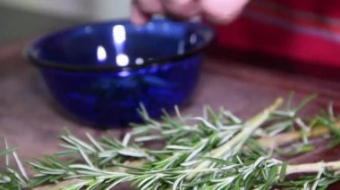 Putting parsley in container — Vídeo de Stock
