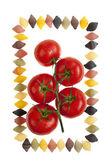 Tomates avec des gouttelettes d'eau à cinq pas de coquille de couleur — Photo