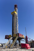 Drilling rig to search for oil and natural gas against the blue — Stock Photo