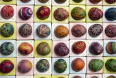 Hand painted and decorated colorful eggs for Easter — Stock Photo