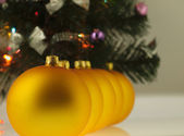 Big golden bauble Christmas Tree. — 图库照片