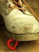 Pato de borracha, esmagado por uma bota militar pesada, velha. — Fotografia Stock