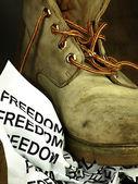 A liberdade de palavra, esmagada por uma bota militar pesada, velha. — Fotografia Stock