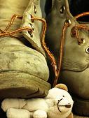 Urso de pelúcia, esmagado por uma bota militar pesada, velha. — Fotografia Stock