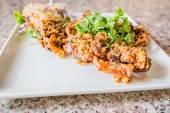 Salade de croustillant de poisson-chat à la mangue verte et légumes frais — Photo