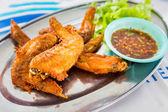 Kippenvleugels met pikante saus, Thaise stijl. — Stockfoto