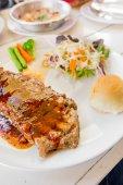 烤的牛排、 面包和蔬菜沙拉 — 图库照片