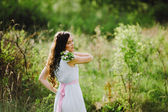 The girl with a bouquet of white flowers — Stock Photo