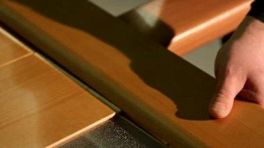手工装配的一扇木门的木工和家具厂工人 — 图库视频影像