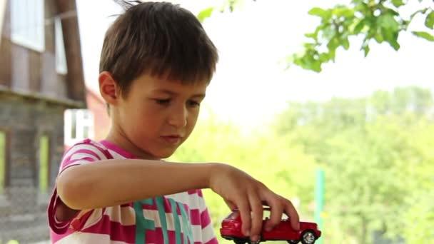r ves de gar on dune voiture le gar on jouant avec une petite voiture sur voiture jouet rouge. Black Bedroom Furniture Sets. Home Design Ideas
