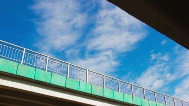 Clouds float between the bridges — Stok video