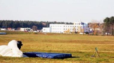 Parachutists landing — Stock Video