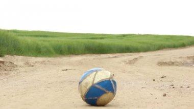 Niño jugando con una pelota — Vídeo de Stock