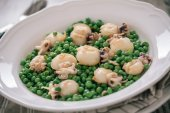 Cuttlefish with peas — Stock Photo