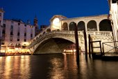 The Rialto Bridge, a famous Venice landmark, at night. — Stock Photo