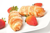Strawberry and puff pastry rolls filled with cream — Foto de Stock