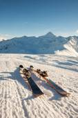 Skis in snow at Mountains — Stock Photo