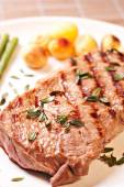 Steak with asparagus and potatoes — Stock Photo