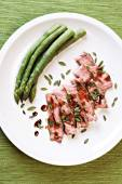 Sliced steak with asparagus — Stock Photo