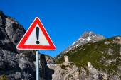 Warning sign on a road — Stock Photo