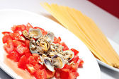 Sauce with fresh tomatoes and clams — Stock Photo