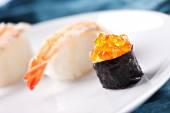 Свежие суши на плите — Стоковое фото