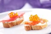 Canapés de salmão sobre uma Baguette — Fotografia Stock