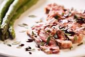 Sliced steak with asparagus — Stock Photo