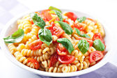 Pasta with fresh tomatoes and basil — Stock Photo