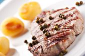 Fillet of beef with potateos — Stock Photo