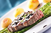 Fillet of beef with asparagus and potateos — Stock Photo