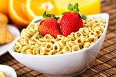 Cereal with milk and strawberries — Stock Photo