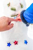Child and grandmather decorating a real winter snowman — Stock Photo