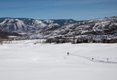 A woman cross-country skiing at valley in Utah — Stockfoto