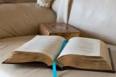 Twee boeken op witte lederen sofa — Stockfoto