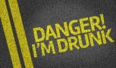 Perigo! Eu estou bêbado escrito na estrada — Fotografia Stock