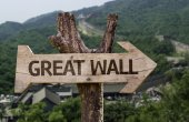 Great wall   wooden sign — Stock Photo