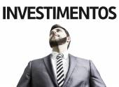 Business man with the text Investment (In Portuguese) — Stock Photo