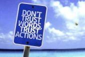 Don't Trust Words, Trust Actions sign — Zdjęcie stockowe