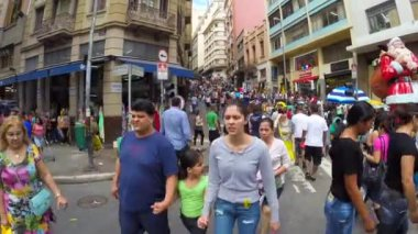 People walk along the 25 March area — Stock Video