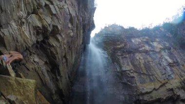 Människor njuter av vattenfallet — Stockvideo