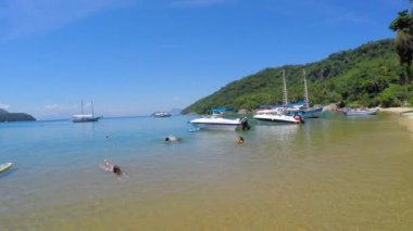 Famous Praia do Pouso in Ilha Grande — Stok video