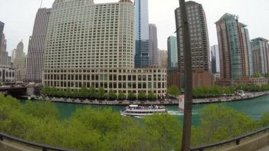 Boat on Chicago River with skyscrapers — Stock Video