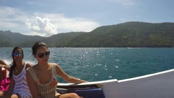 Friends enjoy the travel on Sailboat — Vídeo de stock