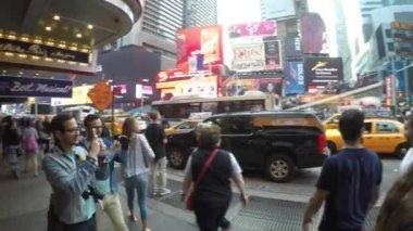 Touristes sont promènent à Times Square — Vidéo