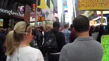 Les gens sont promènent dans Time Square — Vidéo