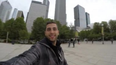 Portrait on the famous Chicago Cloud Gate — Stock Video