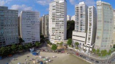 Turisté navštěvují místní pláž — Stock video