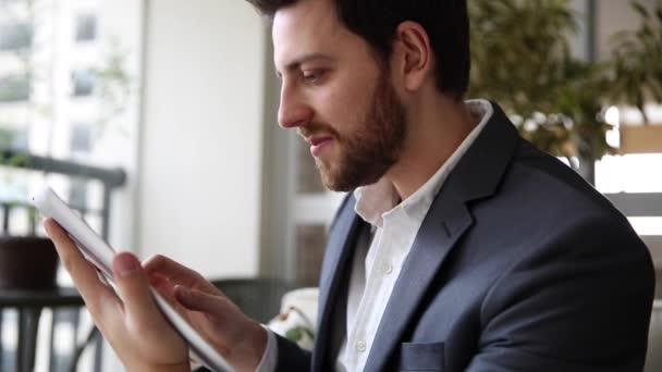 Hombre de negocios jugando con tablet — Vídeo de stock